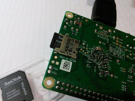 当然你也可以在这里购买预装 Coder 的 SD 卡。 启动过程非常简单,你只需要将 SD 卡插到树莓派中,按键开机。启动过程中 Coder 会把树莓派配置成一个网络服务器,Coder 的设计意图是让我们通过一台电脑练习编程(笔记本、平板或其他型号电脑均可),这台电脑连接到被 Coder 配置成服务器的树莓派,有树莓派提供一个有好的编程环境。 Coder 为我们提供了有线和无线 WiFi 两种接入方式,这里笔者通过第二种方式用自己的笔记本访问树莓派。当然第二种方式需要给你的树莓派配备无线模块,Coder