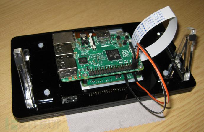 启用刚刚安装的显示器 树莓派默认情况下使用 HDMI 进行输出,安装完显示器之后我们要更新一下才能使用显示器: sudo apt-get update sudo apt-get upgrade sudo reboot 调整显示器 重启之后,树莓派显示屏是颠倒的(旋转 180):
