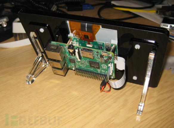 显示器板子的电源连线有多个选项,这里我把它连接到了树莓派的 5v 和