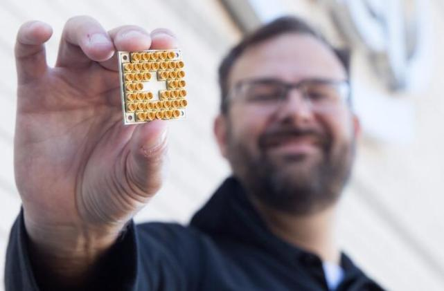 英特尔发布量子计算测试芯片,挑战IBM