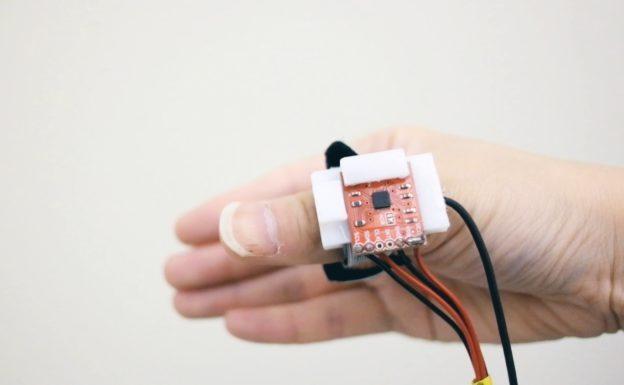 工程师开发穿戴式感测戒指,可隔空写字回讯息、挂电话